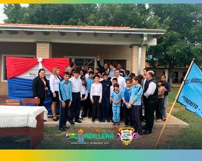 Gobernador de Cordillera inaugura aulas nuevas y entrega semillas