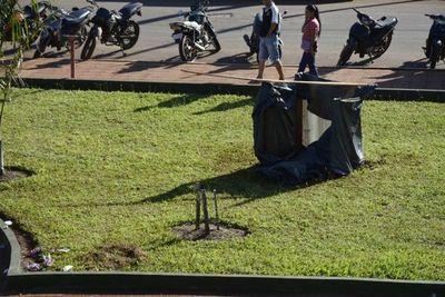 Atropello: Cavaron el jardín de la municipalidad para armar precaria letrina