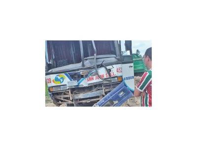 Bus con pasajeros colisiona en viaje a Fuerte Olimpo