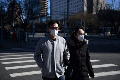El nuevo coronavirus deja primer muerto fuera de Asia, más de 1.600 en China