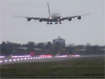 Avión azotado por tormenta Dennis realiza difícil aterrizaje en Londres