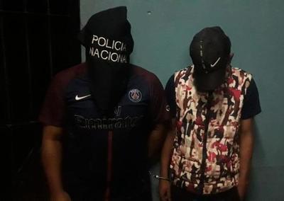 Presuntos motoasaltantes caen en control policial con arma de fuego