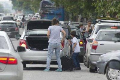 Multarán a automovilistas que estacionen en doble fila frente a colegios
