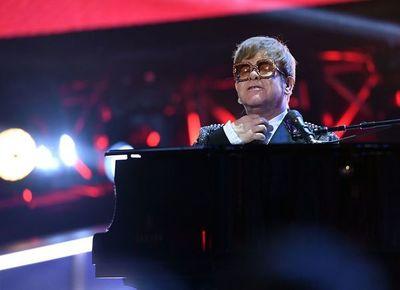 Una neumonía obliga a Elton John a acortar una actuación en Nueva Zelanda