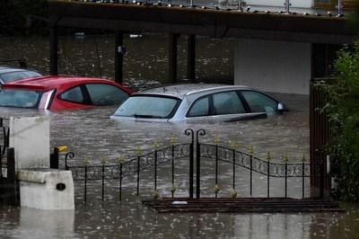 """La """"devastadora"""" tormenta Dennis deja sus primeras víctimas y avanza por Europa con fuertes vientos y provocando masivas inundaciones"""