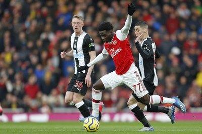 La imagen viral de Almirón y su 'gambeta' ante jugadores del Arsenal