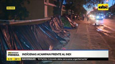 Indígenas acampan frente al Indi