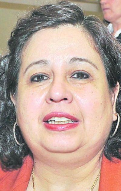 Senadora  llama necios a ministro y Presidente