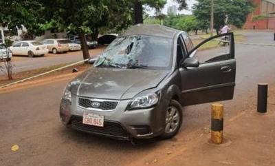 Perdió el control de su auto y se estrelló contra un árbol