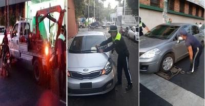 ¡Por fin! Agentes multan a conductores y llevan con grúa coches mal estacionados frente al Cristo Rey