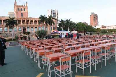 La Entidad Binacional Yacyretá entrega 5.000 mesas-pupitres individuales con sus respectivas sillas al Ministerio de Educación y Ciencias.
