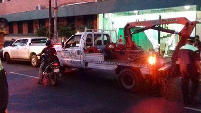 Llevan con grúa autos frente a Cristo Rey: Sancionarán a quienes estacionen en doble fila frente a colegios