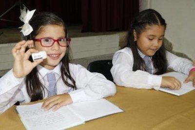 Alumnos califican adquisición de borradores para kits escolares.