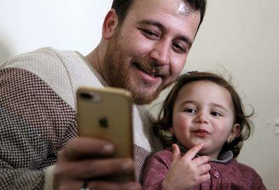 En la guerra en Siria, un padre enseña a su hija a reírse de los bombardeos