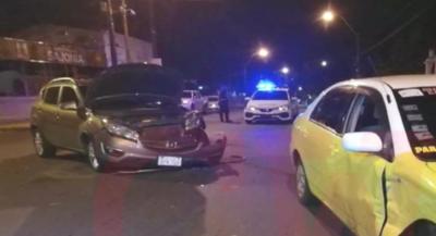 HOY / Mujer chocó contra un taxi: conductor iba por vía preferencial y sufrió cortes