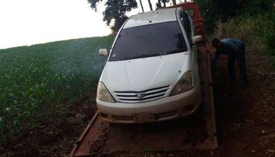 Abandonan auto hurtado en medio de un maizal