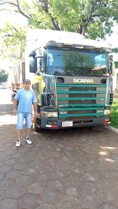 Demoran y luego liberan camión repleto de madera