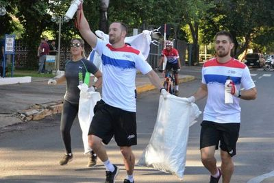 Recolectar residuos durante corrida en Asunción