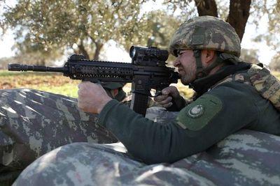 Mueren soldados turcos por fuego de régimen sirio y Ankara responde al ataque