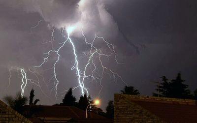 Madrugada con tormentas eléctricas y ráfagas de viento de hasta 80 km/h