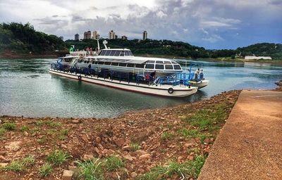 Paseo en catamarán permite dar una vuelta por la triple frontera