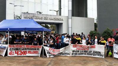 Paro UNE: manifestantes llegan hasta el Ministerio de Hacienda en CDE