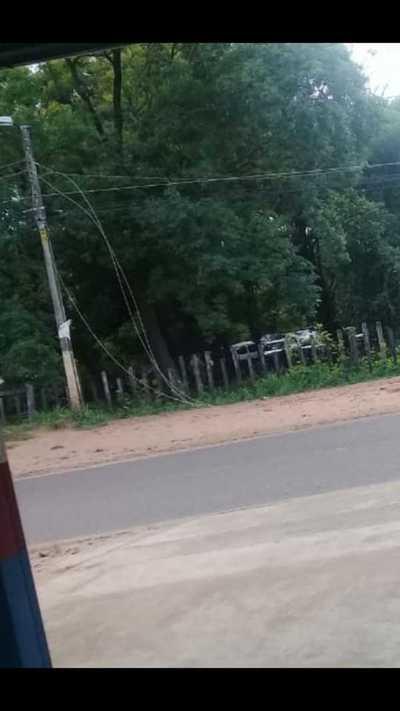 Cables sueltos a pasos de la escuela José Dolores