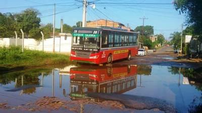 Lluvias y Essap dañan pavimento y afloran baches en Luque •