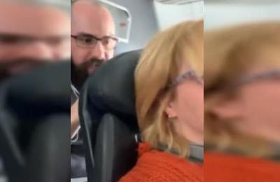 Profesora lleva a los tribunales a hombre que sacudió incesantemente su asiento en un avión