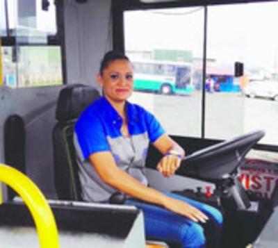 Empresa de transporte quiere a mujeres para que sean conductoras