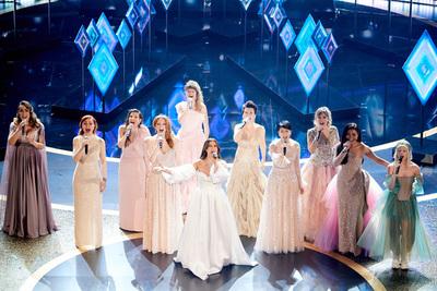 """Las """"Elsas"""" del mundo llegaron """"mucho más allá"""" en el escenario de los Premios Oscar"""