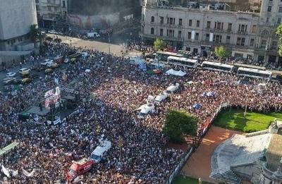 HOY / Argentina, multitud copa la plaza del Congreso: exigen justicia para Fernando Báez