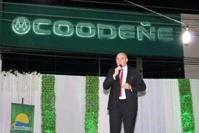 HOY / Abog. José Mora, Presidente de Coodeñe Ltda. y Deisy Sánchez, durante el festejo 54 Años Coodeñe
