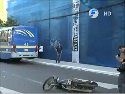 Motociclista muere tras ser embestido y arrollado en microcentro de Asunción