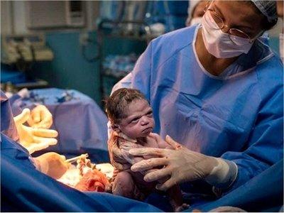 La imagen de la bebé que nació con cara de enojada y se volvió viral
