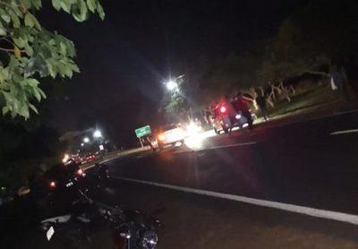 Joven muere y otro queda herido tras choque entre moto y automóvil