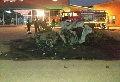 Joven muere calcinado en su vehículo y otro está grave