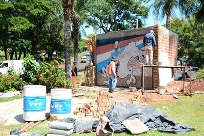 Avanza construcción de mural, pese a que pidieron demoler por afectar visualización