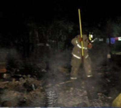 Fuego arrasa tres precarias viviendas en Ñemby