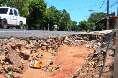 Banquinas destrozadas en la ruta Luque