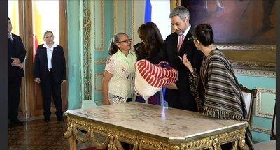 Gobierno entrega aportes a artesanas de todo el país