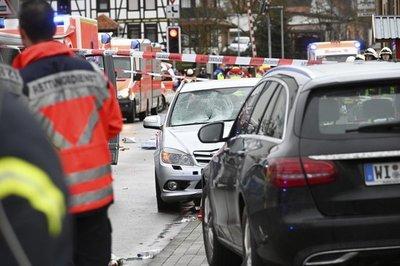 Vehículo embiste a multitud en carnaval de Alemania