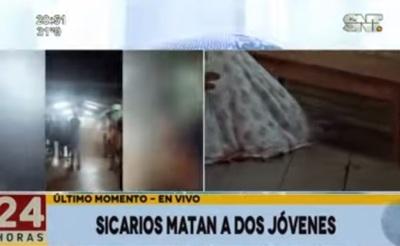 """Sicario irrumpe en """"tercer tiempo"""" y mata a dos jóvenes"""