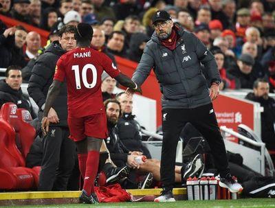 Salah y Mané evitan la derrota del Liverpool