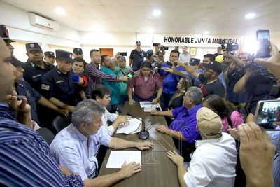 En caldeada sesión, destituyen al titular de la Junta Municipal