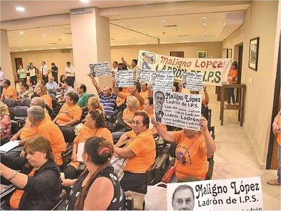 Inicia socialización de ley de pensiones con críticas y huevazos