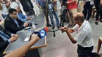 Cuidacoche pide de rodillas a las autoridades poder trabajar