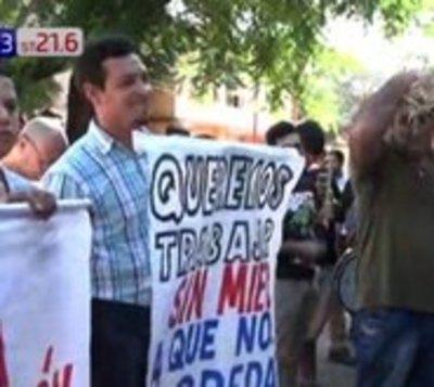 Conductores de MUV y Uber se manifiestan en San Lorenzo