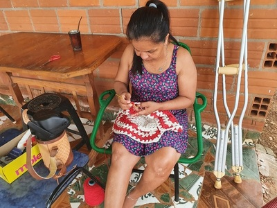 Cambió jeringa por crochet para sobrevivir tras un accidente