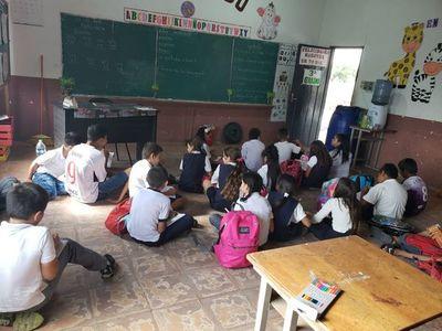 Estudiantes de Carmelo Peralta reclaman sillas para el desarrollo de clases